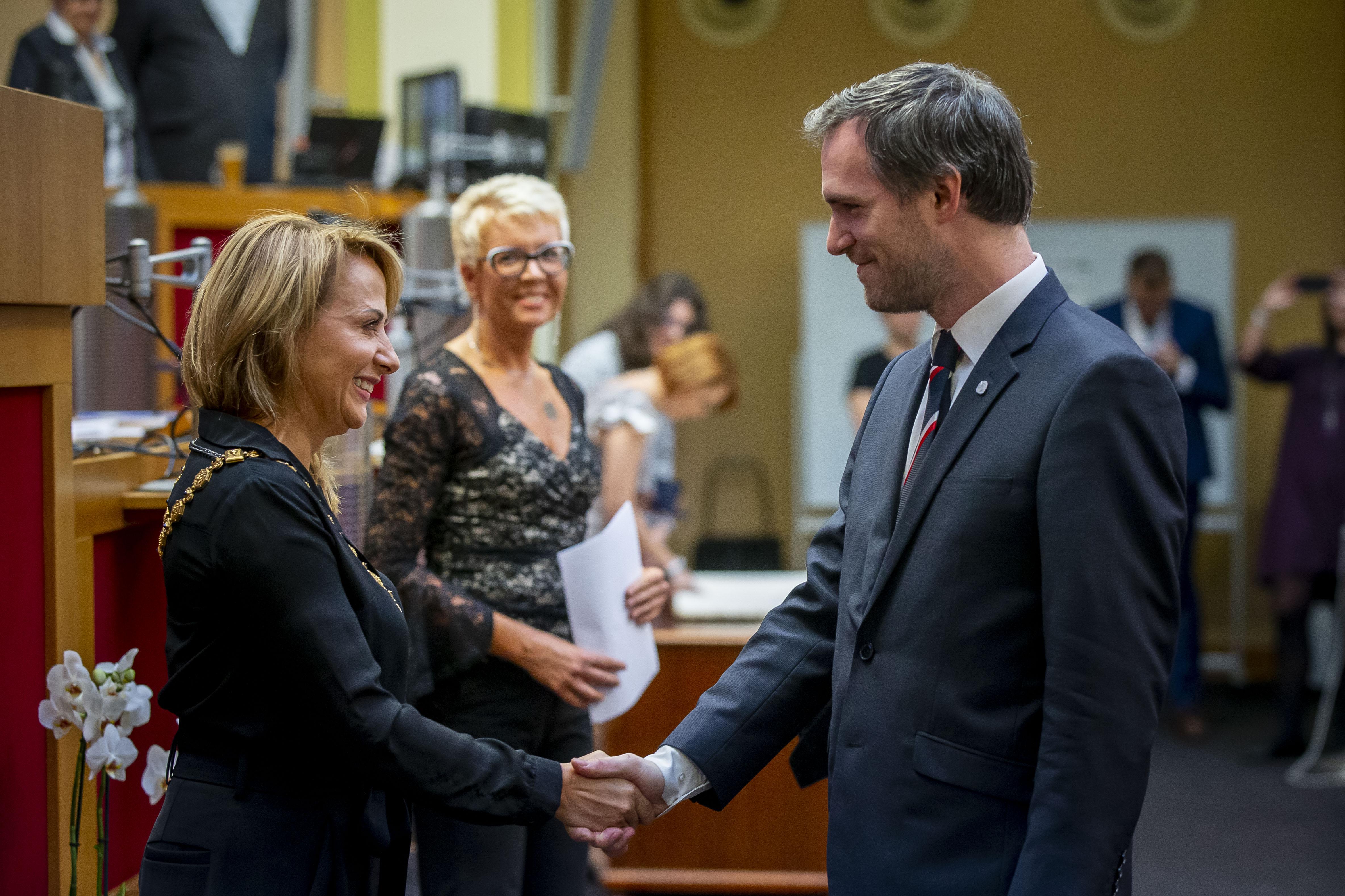 Zastupitelé právě zvolili Zdeňka Hřiba na post pražského primátora.