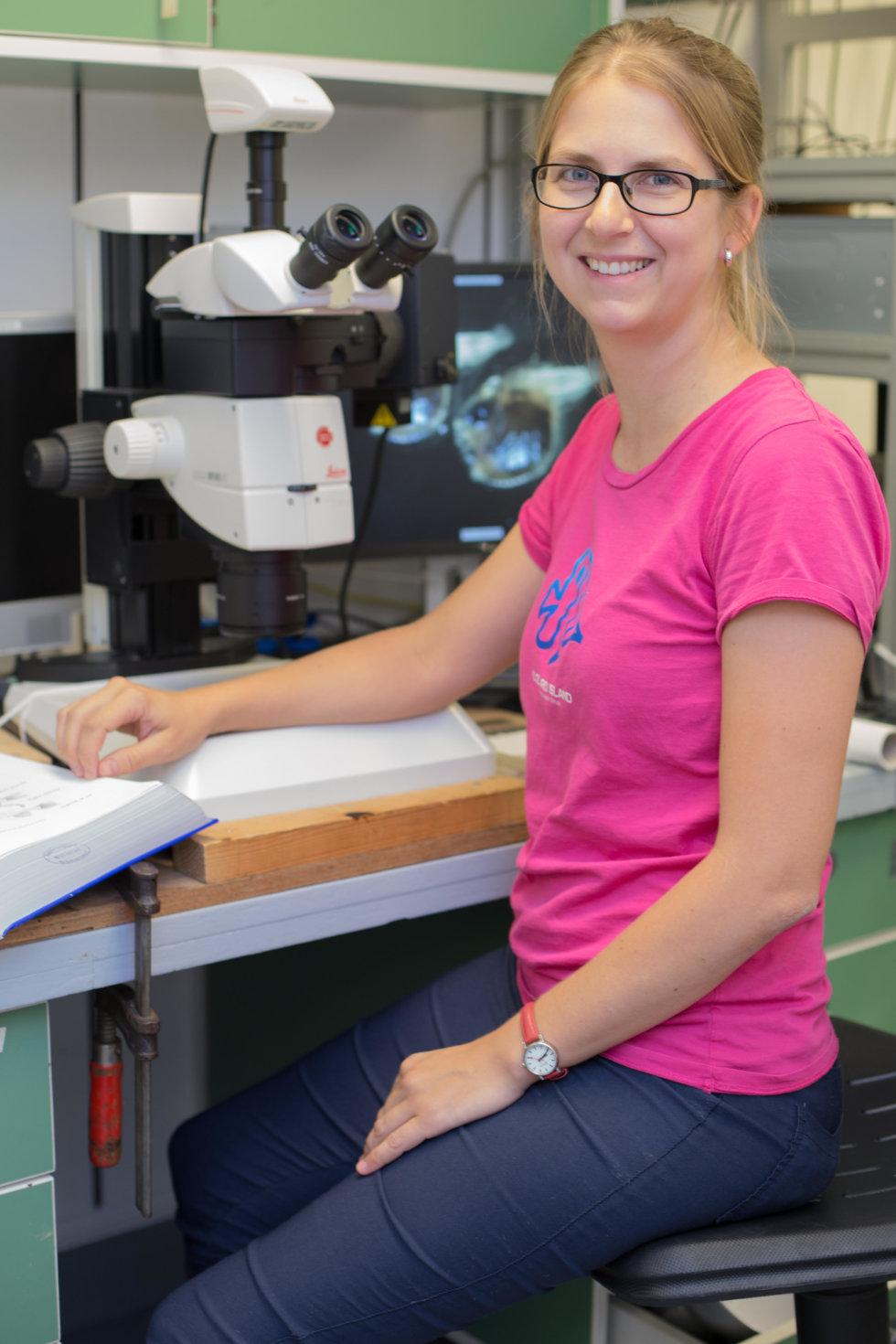 Zuzana Musilová v laboratoři na výzkumné lodi v Sargasovém moři. Foto: Marko Freese, Thünen Institute, Německo